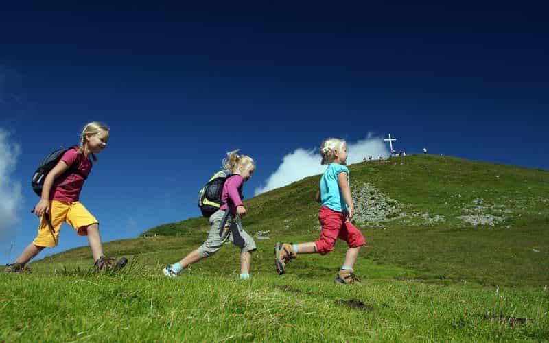 Kinder wandern (c) Ludwig Berchtold - Bregenzerwald Tourismus