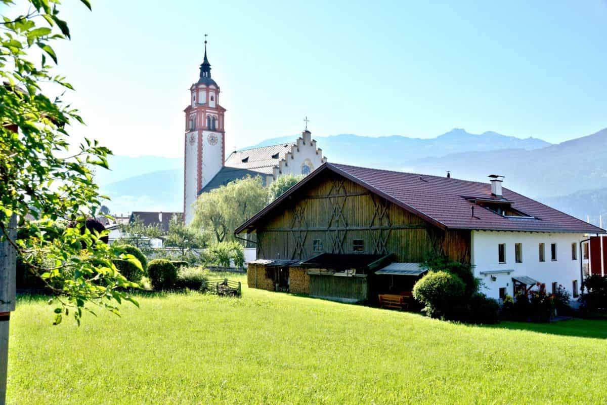 Absam Basilika und Bauernhof